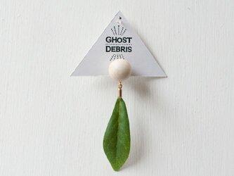球体と葉っぱの片耳ピアスの画像