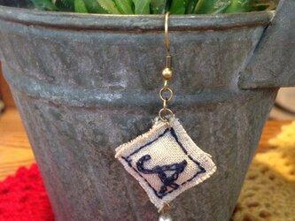アルファベット刺繍 麻 ピアス(片耳)の画像