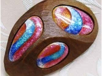 3面の虹文様(七宝・木彫ブローチ)・IBー1114-1の画像