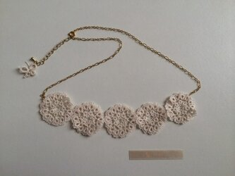 フリルみたいなお花のネックレス ivoryの画像