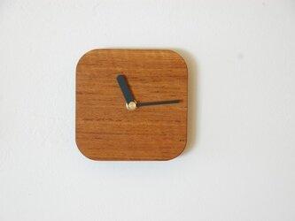 チークの四角い時計の画像