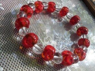 赤いとんぼ玉と水晶のブレスレットの画像