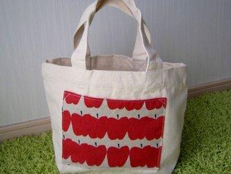 リンゴのトートバッグの画像