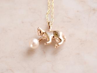 パールにじゃれるネコペンダント gold k10【IGNITE Jewelry】の画像