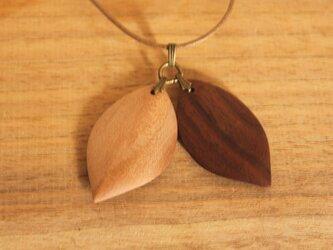 木のアクセサリー「Twin leaf」(ツインリーフ)の画像