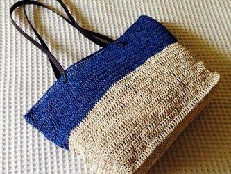 麦わら素材の2トーンバック(青)の画像