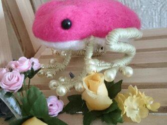 ピンク色のカエルブローチの画像