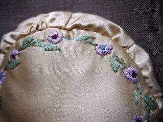 小花の刺繍のシルクの丸型ミニクッション ラベンダーのポプリ入りの画像