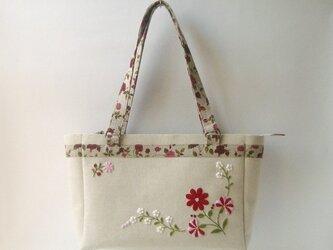 花刺繍のバッグの画像