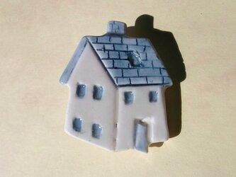 陶ブローチ-青い屋根の家の画像