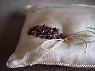 シルクにビーズ刺繍のラベンダーのミニクッションの画像