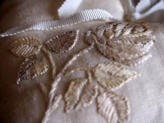 リネンにバラの刺繍+スワロフスキーのオーナメントの画像