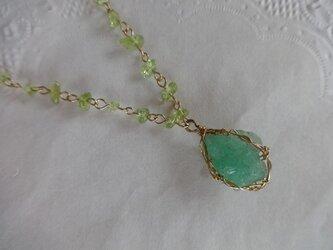 エメラルドの原石ネックレスの画像