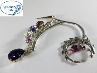 竜と秘宝 紫のスワロフスキーのイヤーフック イヤーカフの画像