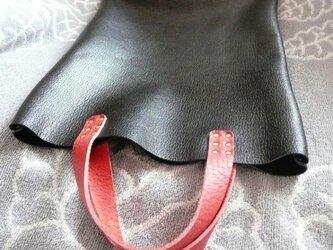 厚めの黒シボ牛革にトリヨン持ち手のシックな手提げバッグの画像