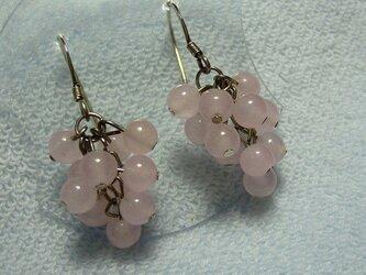 ローズクォーツの葡萄のようなピアスの画像