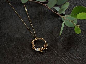 小枝とパールのネックレスの画像