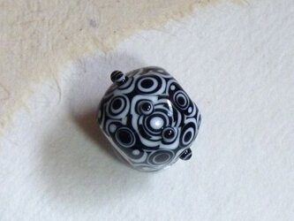 幾何学模様のとんぼ玉の画像