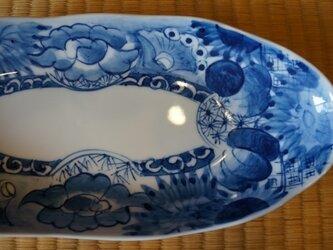 染付け 花紋に牡丹と蝶 波淵オーバルプレートの画像