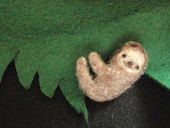 ナマケモノブローチの画像