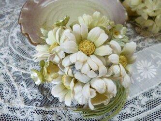 マーガレットと若草色の小花*コサージュの画像