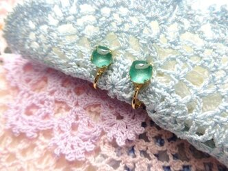 エメラルドグリーンのイヤリング(ゴールドカラー)の画像
