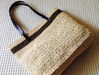 麦わら素材のナチュラルバッグ(茶ボーダー)の画像