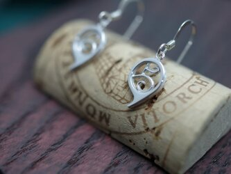 number 5 pierced earringsの画像