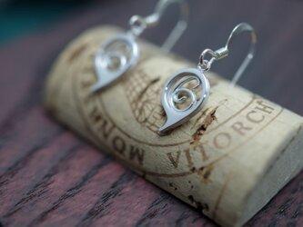 number 6 pierced earringsの画像