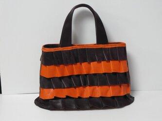 牛革手縫 ボルドーとオレンジ色のフリルの付いたバッグの画像