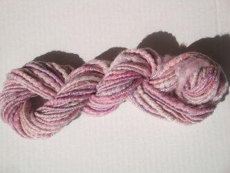 ピンクと銀の糸の画像