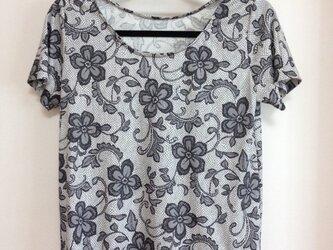 黒花のTシャツの画像