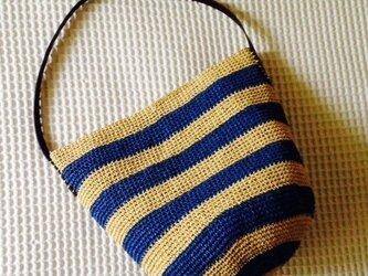 麦わら素材のしましまショルダーバック(青)の画像