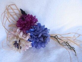 矢車草カントリーコサージュ(青×紫×薄ピンク)の画像