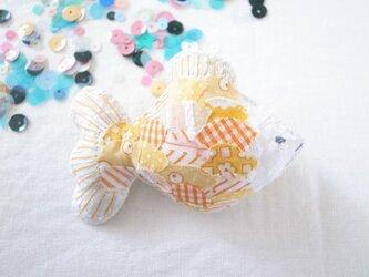 金魚のブローチ きいろの画像