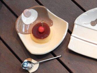 プリンの皿の画像