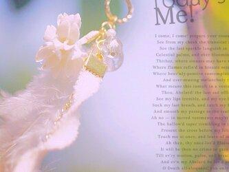 涼しげな夏色、揺れるフェザー&リボンのピアスの画像