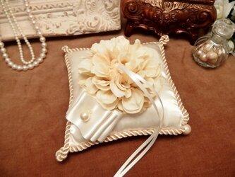 ダリアとコットンパールのリングピローの画像