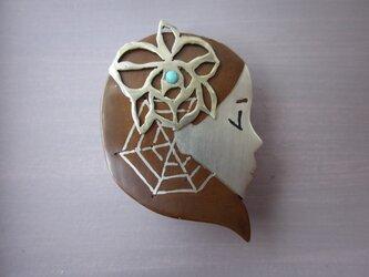 象嵌金具「十二月の乙女」の画像