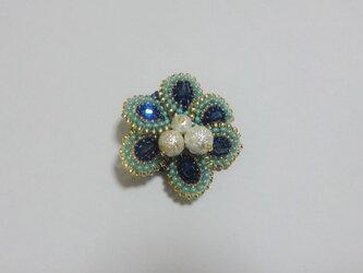 ブルーとグリーンのお花ブローチ の画像