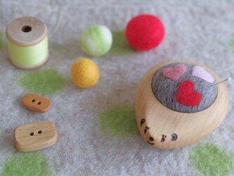 ハリネズミの羊毛ピンクッション【針山】ハート模様の画像