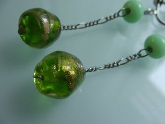 ガラスイヤリング(グリーン×金彩)の画像