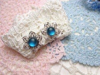 アクアブルーグリーンのお花イヤリング(シルバーカラー)の画像