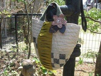 タックデザインの着物地バッグの画像
