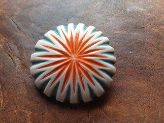 陶器のブローチの画像