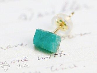 K18◆魅了する深緑 エメラルド原石ピアスの画像