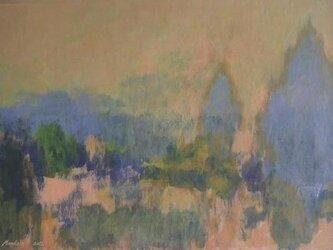 空色と同化する糸杉のある風景の画像