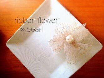 お花のリボンとパールのピアスの画像
