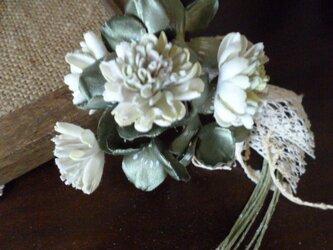 白詰め草とクローバーのコサージュの画像