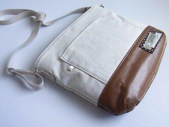 帆布x合皮の斜め掛けバッグの画像